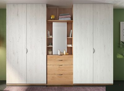 Armario con 4 puertas abatibles y estantería central con cajones y espejo