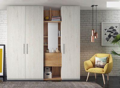 Armario para dormitorio de tres puertas batientes con hueco estantería