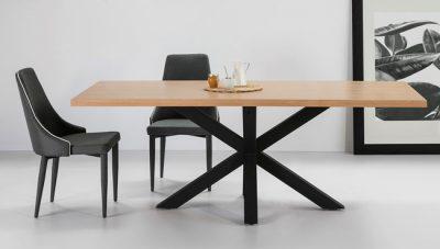 Mesa de comedor madera con patas negras cruzadas