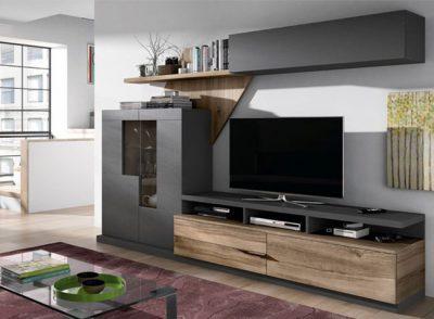 Salón moderno y original con muebles oscuros de gran capacidad de almacenamiento