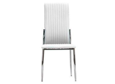 Silla de salón comedor tapizado en piel con pespuntes verticales y patas de metal