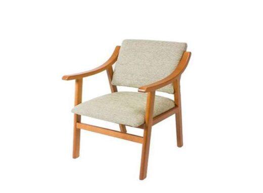 sillon beige de madera tapizado con respaldo bajo 241SI0041