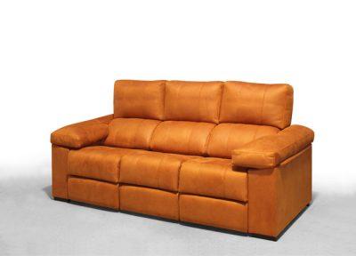 Sofá naranja de tres plazas con 2 asientos relax y 1 asiento fijo central