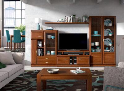 Composición de muebles de salón con vitrina lateral y estantería colgada de madera