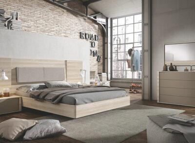 Dormitorio con cama de matrimonio con cabecero rectangular en madera clara y bancada