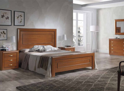 Dormitorio con cama de matrimonio con cabecero y mesitas de madera