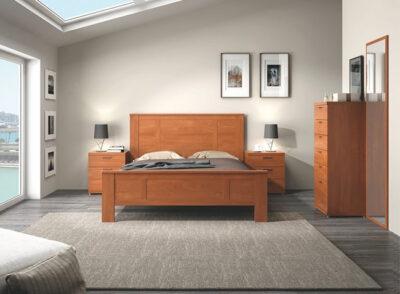 Dormitorio de matrimonio clásico de madera con líneas rectas y mesitas de 3 cajones