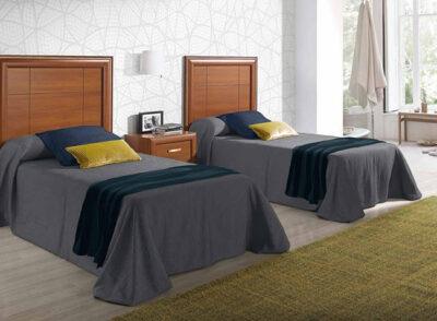 Dormitorio matrimonio con dos camas cabecero y mesita de madera