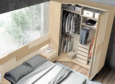 Dormitorio de matrimonio con armario esquinero opcional de madera clara y con cabecero largo