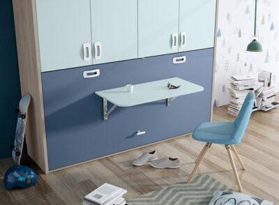 Habitación juvenil con cama abatible horizontal con mesa en tonos azules
