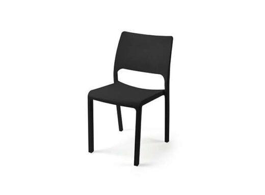 silla-de-fibra-de-vidrio-en-blanco-y-negro