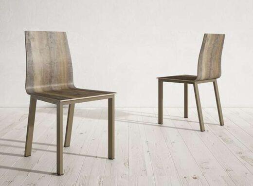 silla-madera-fabricada-chapa-madera-oscura-sin-reposabrazos