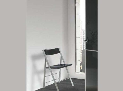 silla-plegable-negra-sin-reposabrazos