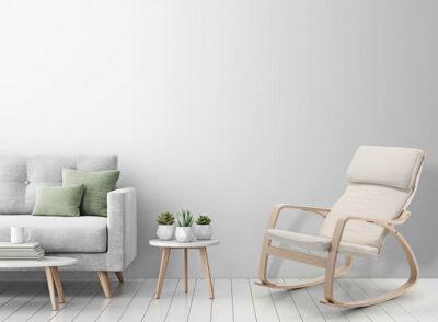 Mecedora con estructura de madera tapizada en tela color beige