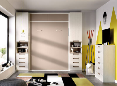 Habitación juvenil con cama de matrimonio abatible, armarios y cajonera gris y beige