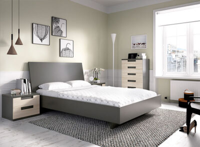 Habitación juvenil en gris y haya con cama de matrimonio, cajonera y mesitas de noche