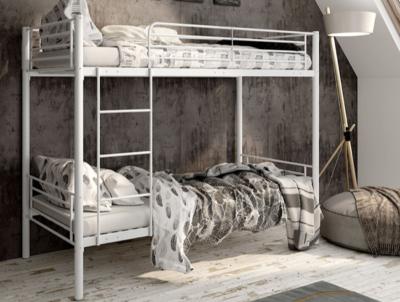Modernas literas de metal para habitación juvenil compartida