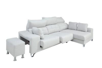 Sofá cheslong gris con asientos deslizantes, respaldo reclinable y brazos con puff