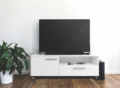 Mueble TV blanco con ruedas