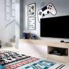 mueble-tv-minimalista-blanco-y-roble-con-puerta-y-hueco-para-dispositivos