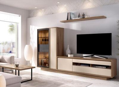Muebles salón color crema y madera para TV con vitrina