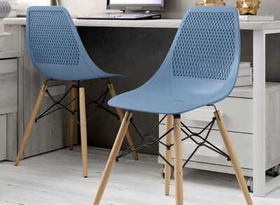 Silla azul escandinava con patas de madera