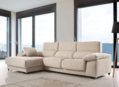 Sofá color arena con chaiselonge y arcón